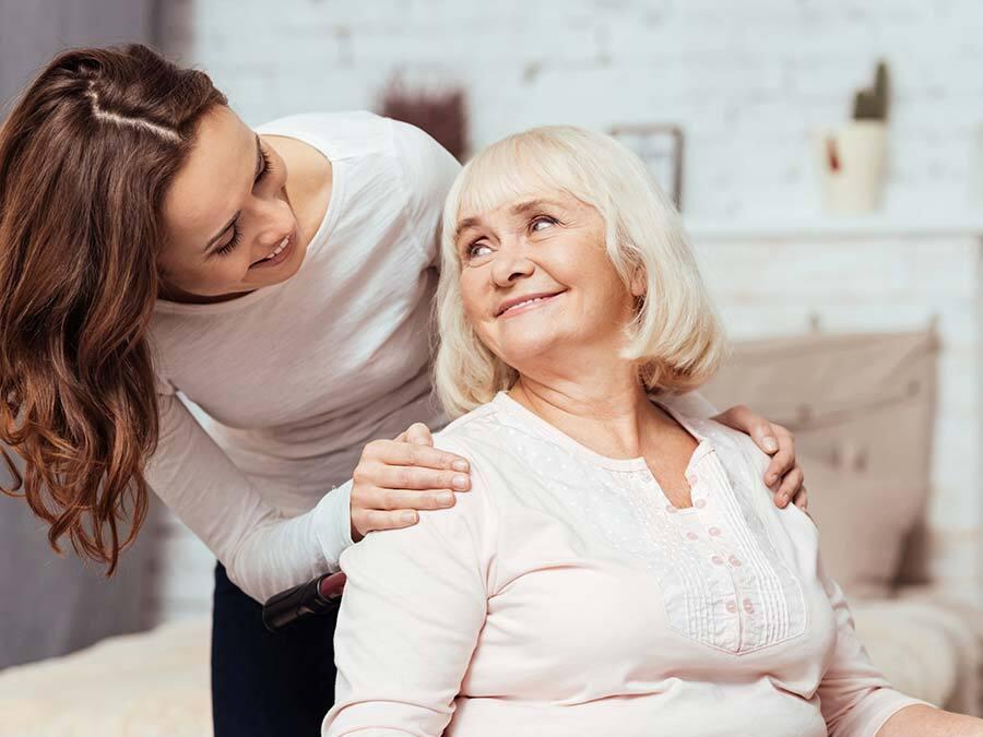 Wenn sich die Tochter wegen Corona um die kranke Mutter kümmert, kann sie Pflegezeit beantragen.