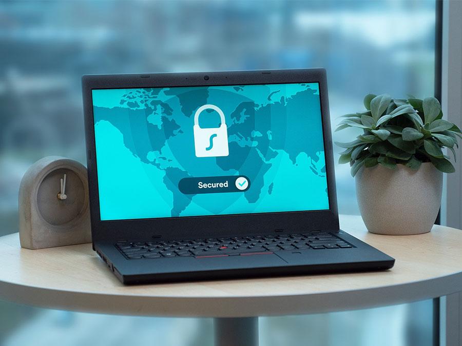 Der Bildschirm auf einem Laptop zeigt die Daten der elektronischen Patientenakte nur verschlüsselt an.